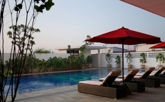 swiming pool di Batiqa Hotel and Karawang Apartement