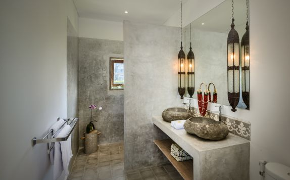 TWO BEDROOMS APARTMENT BATHROOM di Canggu beach apartments