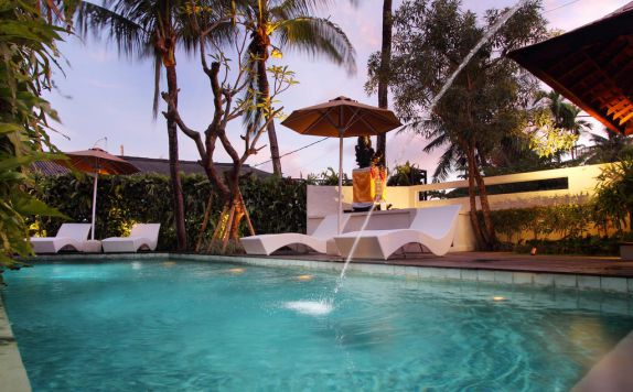 swimming pool di Berawa Beach Residence Canggu