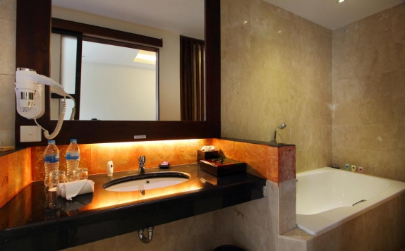 bathroom di Best Western Kuta Villa