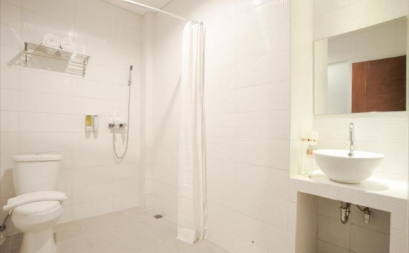 Bathroom di Bliss Soetta Hotel Semarang