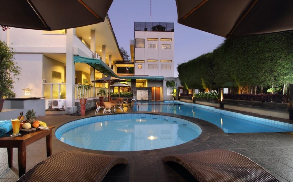 Swimming Pool di Cakra Kusuma Hotel