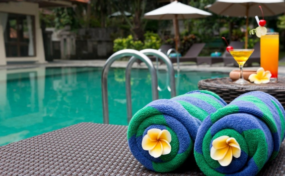 Amenities Swimingpoll di Champlung Sari Hotel