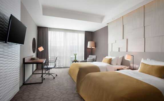 guest room twin bed di Crowne Plaza Bandung