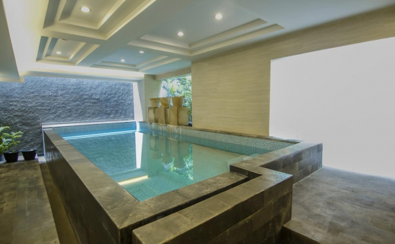 Swimming pool di De Laxston Hotel Jogja