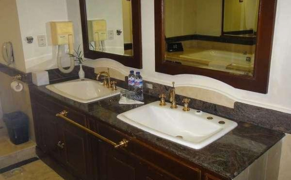 Bathroom di De Rivier Hotel