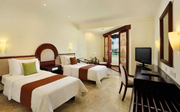 guest room twin bed di Discovery Kartika Plaza Hotel