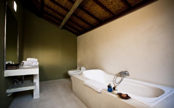 Bathroom di D Tunjung Resort & Spa