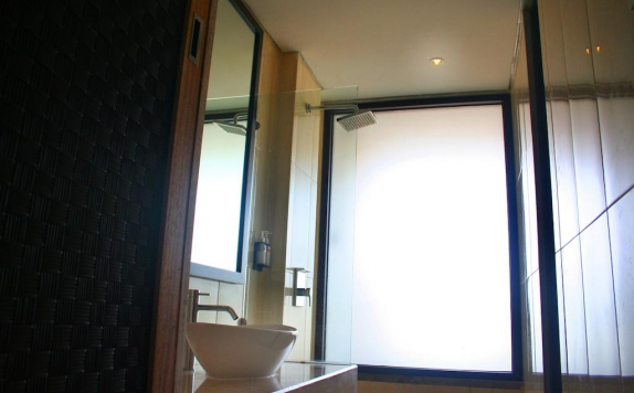 Tampilan Bathroom Hotel di Edelweiss Boutique