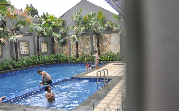 Swimming pool di Emerald Hotel