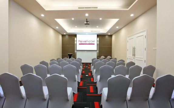 Meeting room di Favehotel Zainul Arifin