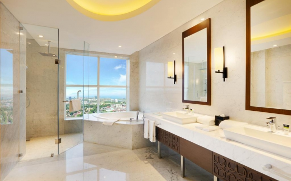 bathroom di Four Points by Sheraton Makassar