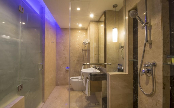 Bathroom di Four Points By Sheraton Manado