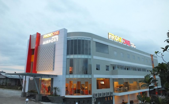 Front view di Front One Inn Airport Solo