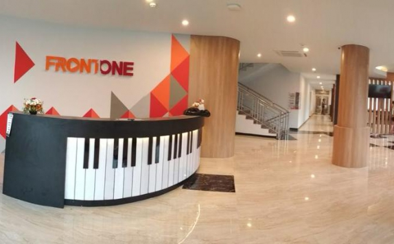 Receptionist di Front One Inn Airport Solo