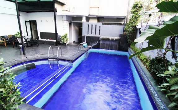 Swimming pool di Geulis Hotel