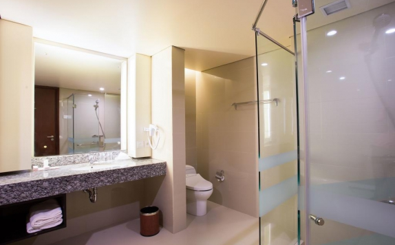 Bathroom di Golden Palace Hotel Lombok