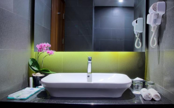 bathroom di Golden Tulip Essential Makassar
