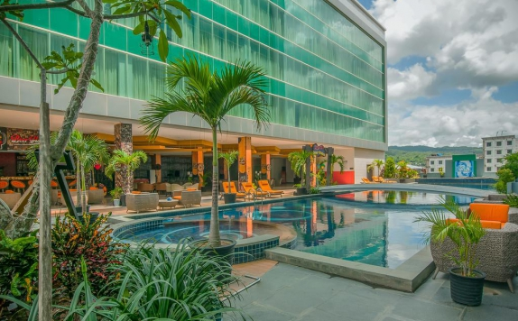 Swimming pool di Grand Clarion Kendari