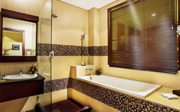bathroom di Grand Jimbaran Boutique Hotel & Spa