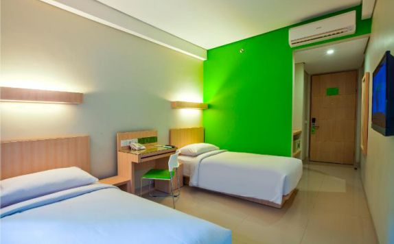 guest room twin bed di Grandmas Plus Hotel Airport