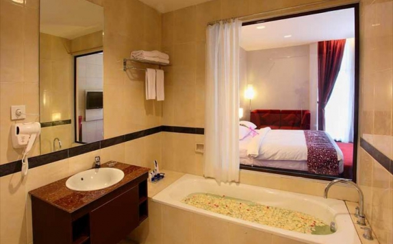 bathroom di Grand Tjokro Klaten