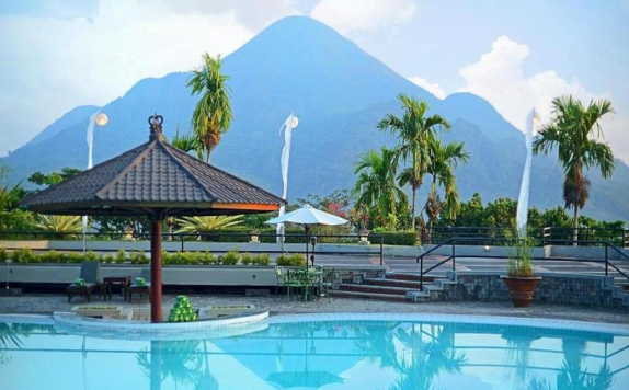 Swimming Pool di Grand Whiz Hotel Trawas Mojokerto