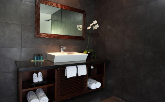 Tampilan Bathroom Hotel di Griya Santrian Resort & Villas