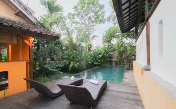 Outdoor Pool Hotel di Gusde House and Villas