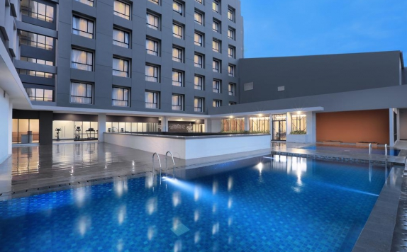 Swimming Pool di Harper Palembang
