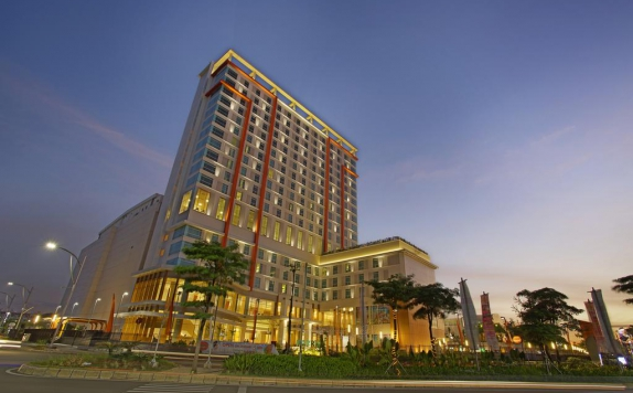 Front view di Harris Hotel and Convention Bekasi