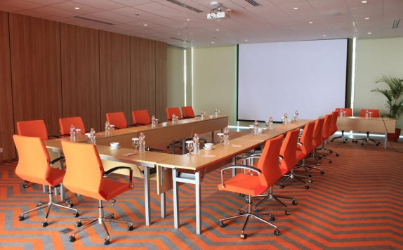 Meeting Room di Harris Hotel and Convention Solo