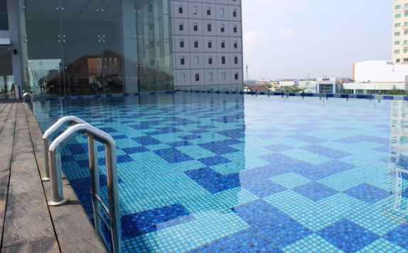 Swimming pool di Harris Hotel and Convention Solo