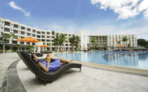 Swimming pool di Harris Resort Waterfront Batam