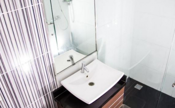 bathroom di Hero Hotel Ambon