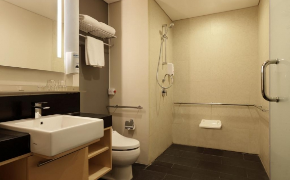 Bathroom di Holiday Inn Express Jakarta Thamrin