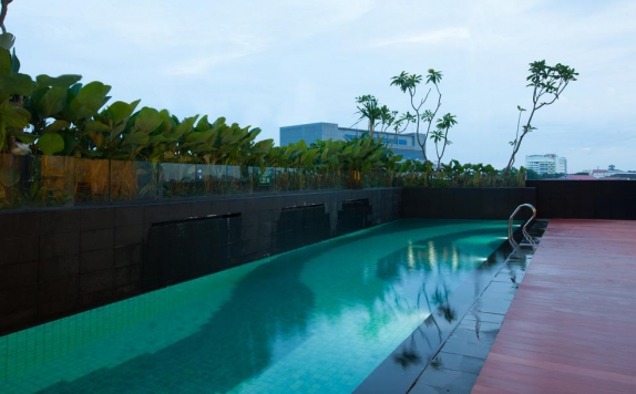 Swimming Pool di Hotel Santika Radial Palembang