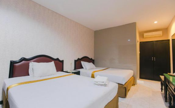 guest room twin bed di Hotel Sinar II