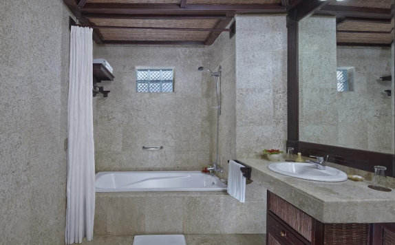 Bathroom di Hotel Tjampuhan Spa