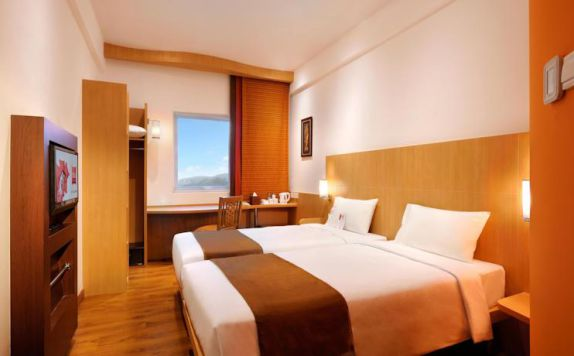 guest room twin bed di Ibis Bali Kuta