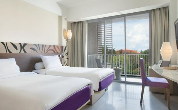 guest room twin bed di Ibis Styles Benoa