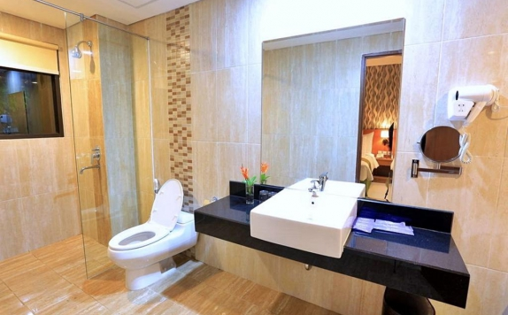 Bathroom Hotel di Ijen Suites Resort and Convention