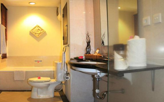 bathroom di The Jayakarta Villas Anyer Beach Resort