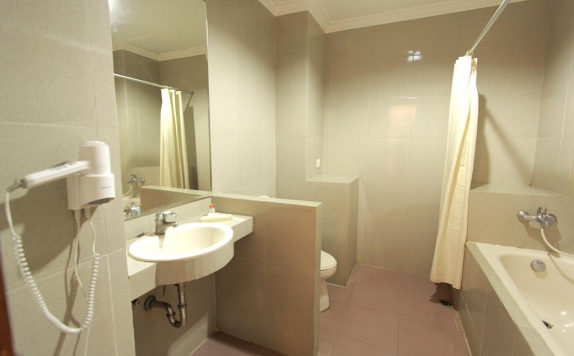 Bathroom di Karang Setra Hotel Spa & Cottages