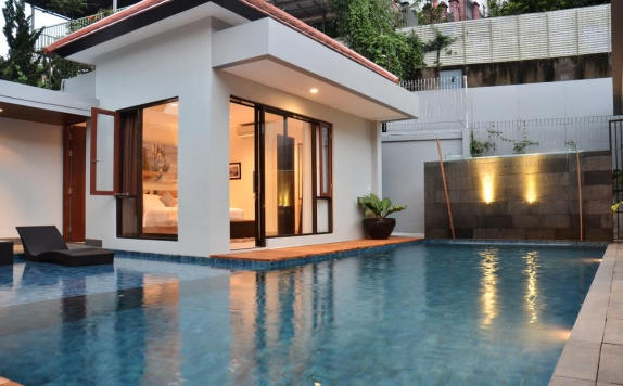Swimming pool di Kencana Villa Dago