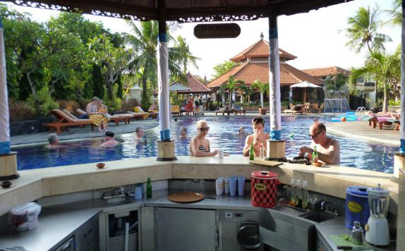 bar tepi kolam di Kuta Beach Club