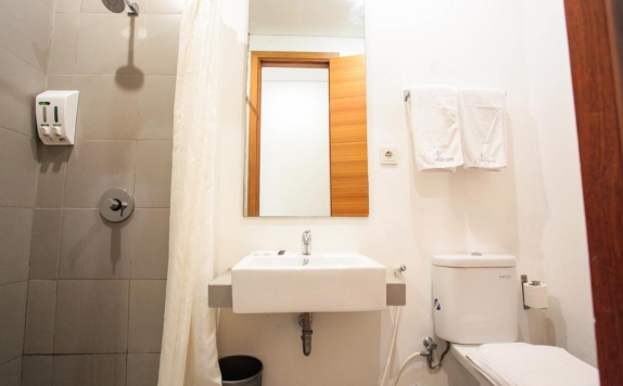 bathroom di LeGreen Suite Kuningan