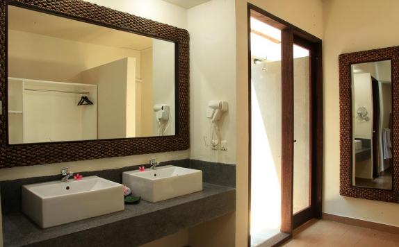 Bathroom Hotel di Lima Satu Resort by BAIO