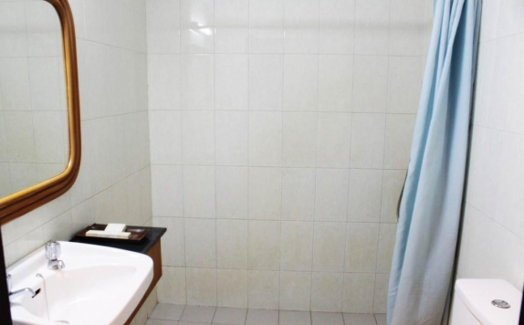 Bathroom di Losari Beach Inn Makassar