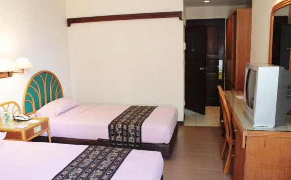guest room twin bed di Losari Beach Inn Makassar